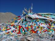 Флаги на перевале Дром-ла